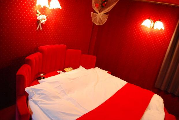 ラブホテルの赤いベッド