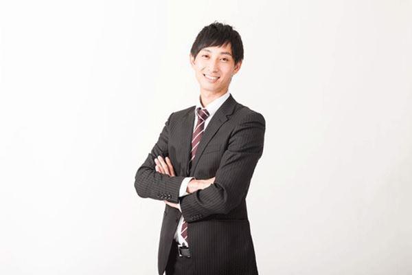 スーツ姿で微笑む男性