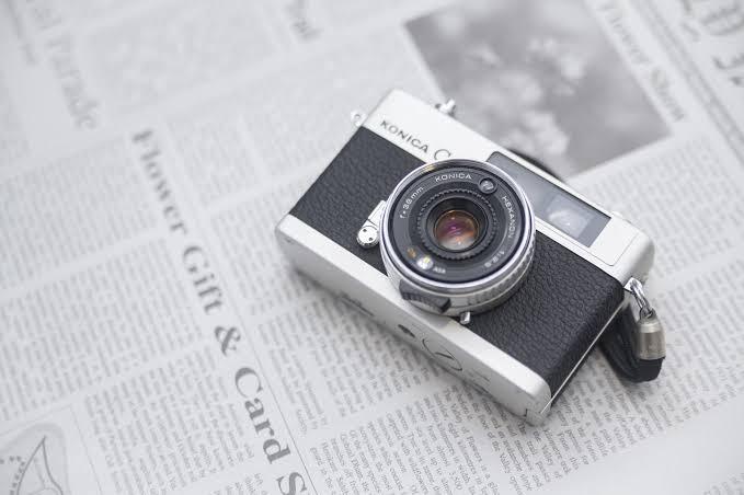 カメラと英字新聞