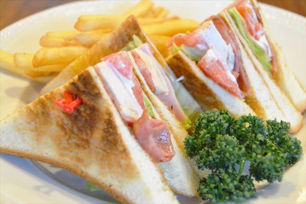 昼食のサンドイッチとポテト