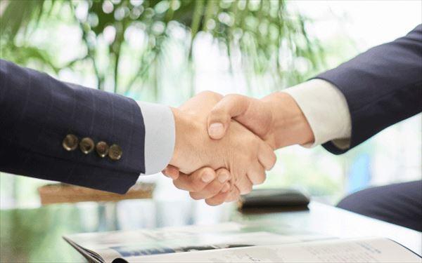 握手する男性の手
