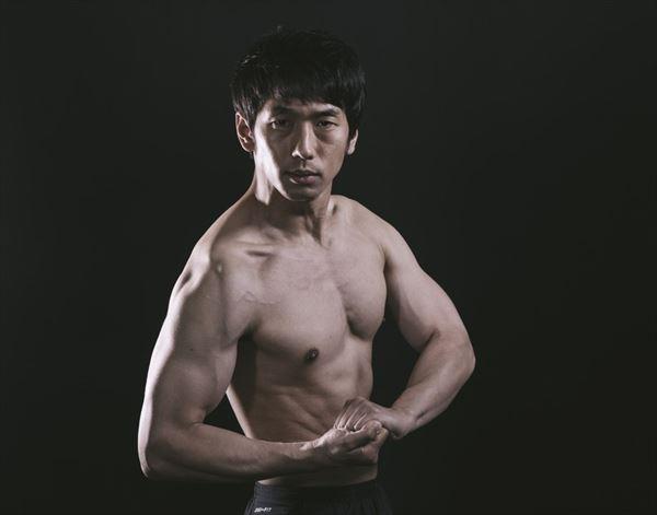 筋肉をアピールする男性